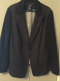 gray notch-lapel suit jacket