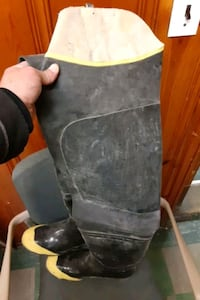 SIZE 10 STEEL SHANK RUBBER CEMENT BOOTS