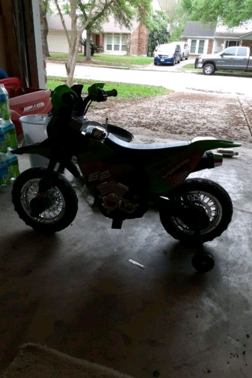 Photo A mini motorcycle for a toddler with training wheels and its electric