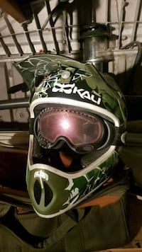 green and black camouflage helmet