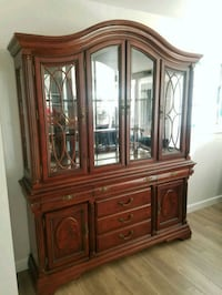 China cabinet table with 6 chairs in good conditi Los Angeles, 91342