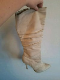 women's pair of beige boots size9