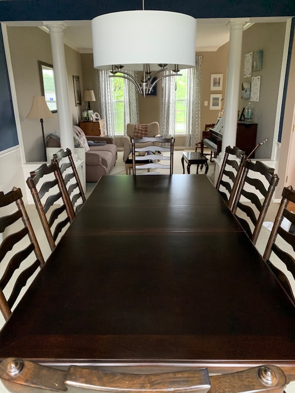 Like new dining room set 1ed78c3e-b0e1-4a1f-a75c-7b89409b27ba