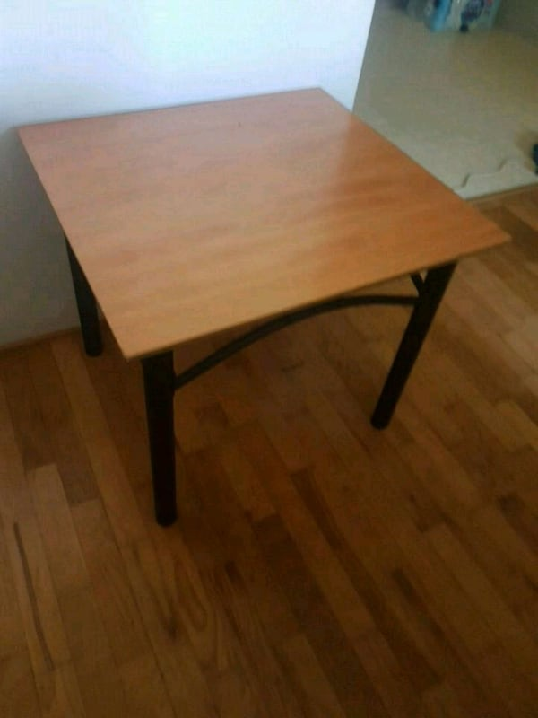 Side table ebcac257-c25b-4166-9026-6dea3a95bf20