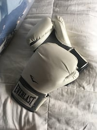Everlast 12oz white boxing gloves Tustin, 92780