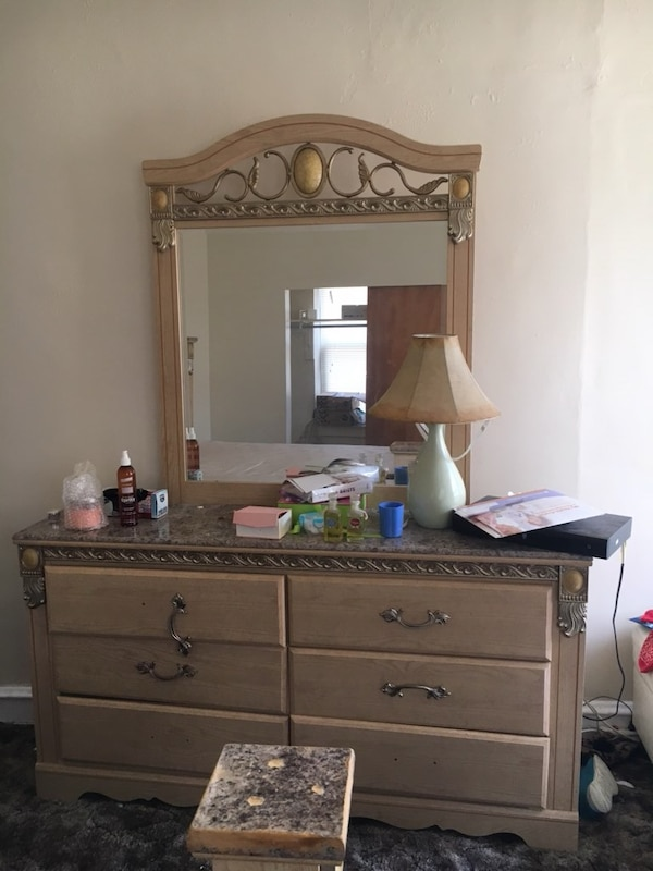 Queen bedroom set with mirror dresser in Upper Darby Pa. 7fe82768-92f7-43f5-bbb7-12f5439cc0e7