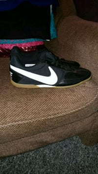 black-and-white Nike low-top sneakers London, N5Z 1V7