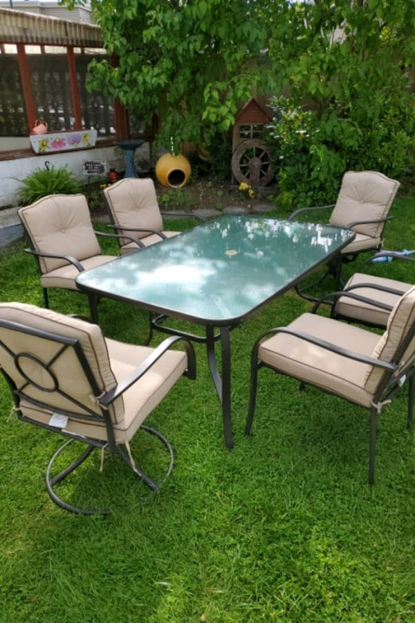 Outdoor patio table and 6 chairs 39691576-3676-4661-913f-4092b1c835d3