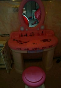 baby's pink and white plastic vanity table Guelph, N1G 3W6