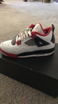 unpaired white and red Air Jordan 4 shoe 1947 mi