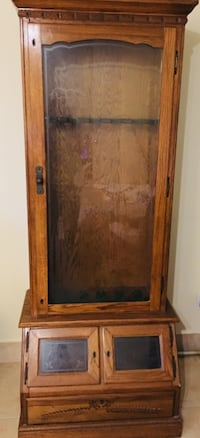 Gun and Rifle case. Completely locking. Beautiful oak cabinet and etched glass! Jupiter, 33458