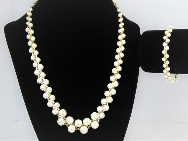 1970'S VINTAGE BRAIDED STYLE GOLD TONE AND FAUX PEARL NECKLACE AND BRA 3465b75c-a5d7-49df-9131-729ce9a014d8