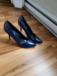 pair of blue patent leather pointed-toe pumps Brossard