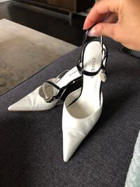 Bebe white and black pumps size 6 Cambridge, N1T 0B3