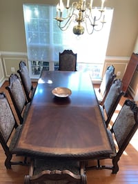 Dinning table/ brand new condition  28 mi