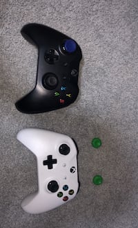2 Xbox one controllers Lakewood, 60014
