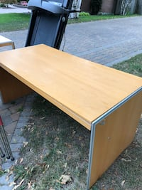 Free table Pointe-Claire, H9R 5B2