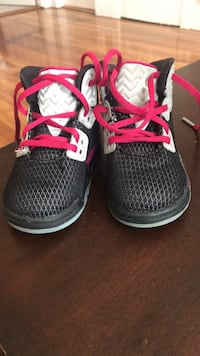 Pair of black-and-pink nike running shoes Lynn, 01902