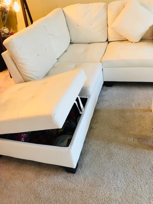 White leather sofa (L) 5d453cfd-ca42-4bda-b510-5b2db4fce268