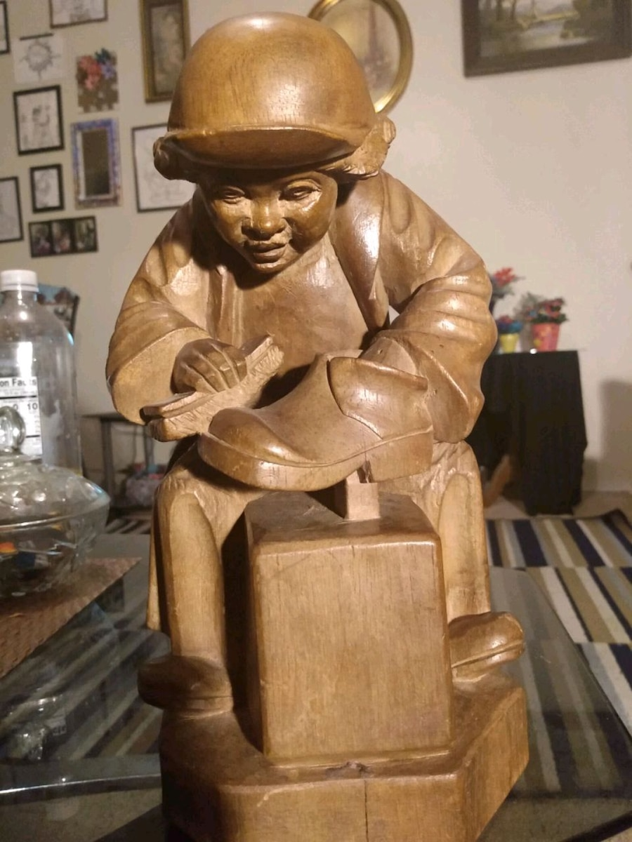 Photo Vintage wooden statue of a Chinese shoe shine boy