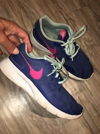 NIKE womens runners size 5 washed lots of life left  London, N5W 1E8
