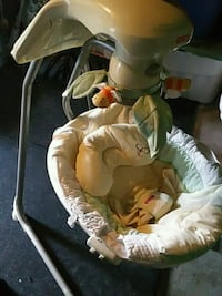baby's white and green cradle n swing Brampton, L6S 3A9
