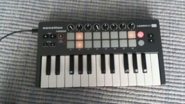 black and white electronic keyboard 2d52f0b3-e1b6-4ee4-84d1-0f540f730bc4