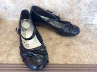 Size 1 youth girls dress shoes in great shape. Pu in Dieppe. Will give deals for more than one item. Dieppe, E1A 6V5