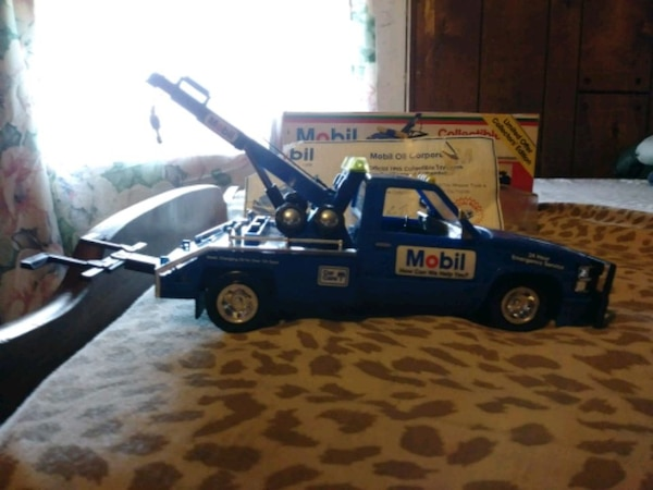 1995 collectable mobile tow truck 5a5c9ebb-d8dc-4d7a-a816-af56c1900088
