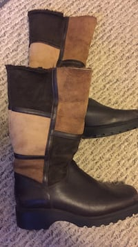 pair of black leather boots Burlington, L7L