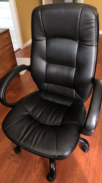 Black leather office rolling armchair Surrey, V4N 4S2