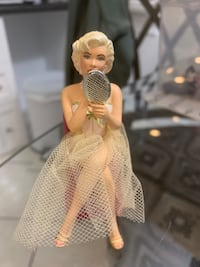 Marilynn Monroe figurines for the two