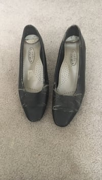 Pair of black leather heeled shoes Silver Spring, 20906