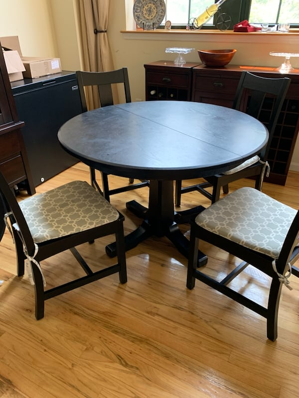 Crate & barrel Round Dining table with extension with 4 chairs 4691181c-d33a-4cf1-a953-2b6ff2441654
