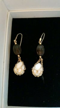 14kt wire chain earrings with white agate stone 219 mi