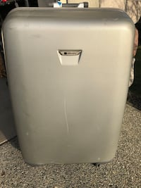 Large shell 4 wheel spinner suitcase  Coquitlam, V3H 0C4