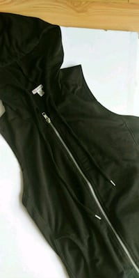 Guess sleeveless hooded top sz small Calgary, T2R 0L1
