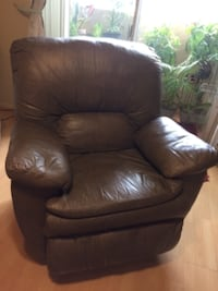 Nice comfortable leather recliner 925 mi