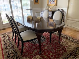 Gorgeous Ethan Allen dining room table. Two leaves and table pad.