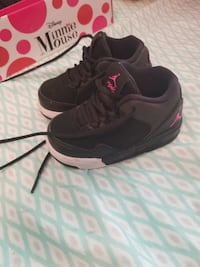 pair of black Air Jordan 4's null