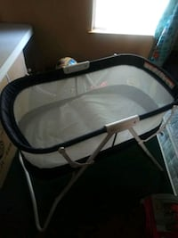 Baby bassinet with screen