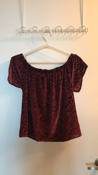 Hollister velvet off the shoulder size S Toronto, M5V 2V6