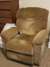LAZBOY  Reclining/Lift chair with heat and massage St. Petersburg