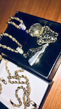 Rope chain w sneaker & court pendant  New York, 10037