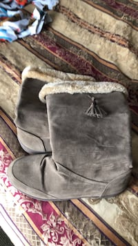 Pair of gray suede boots size 8 Peoria, 61604