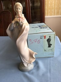Lladro. #5171 Lady with Flowers 1982 Ht 12.5 in Base 4.25 in. Lladro retail $415.  In box, pristine condition Virginia Beach, 23464