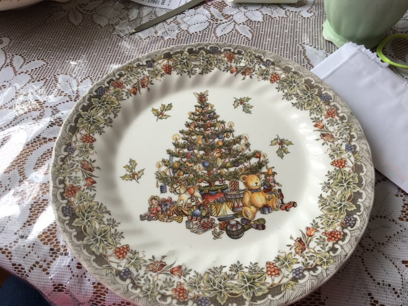 White, green, and red floral ceramic plate d89dbb4f-3c29-4c55-a7dd-048f76bafef3