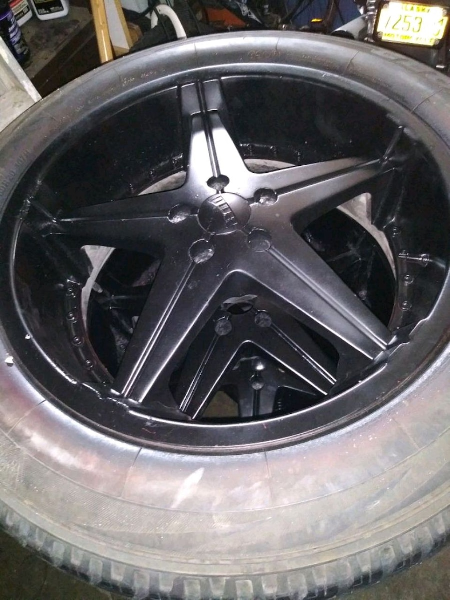 Photo 24 inch tires/rims dubs comes with spacers also.