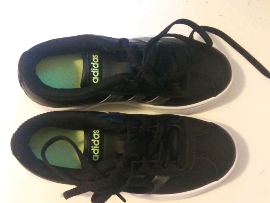 Photo NEW NEVER USED BLK ADDIDAS KIDS SHOES SIZE 11K