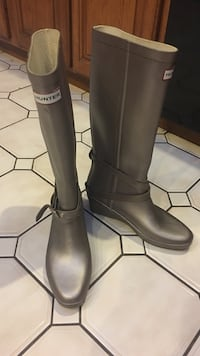 Hunter Boots, never worn but a little yellow from age. Purple/pewter color and metallic. Very unique. From Nordstrom. Size 8m 40/41 Euro Esopus, 12487